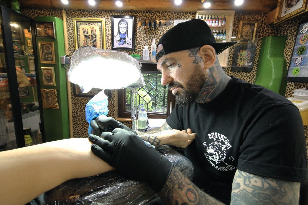 Skull Island Tattoo – Tor at work